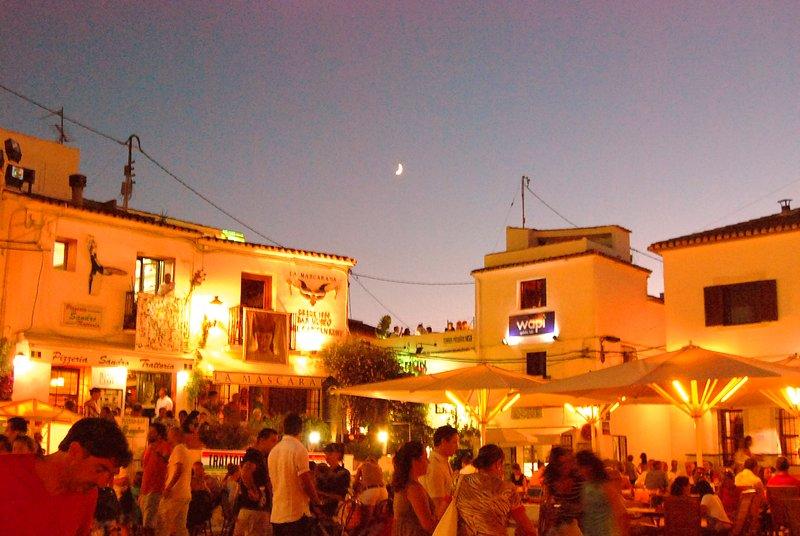 Restaurants, salons de crème glacée, des terrasses, des pubs de la vieille ville
