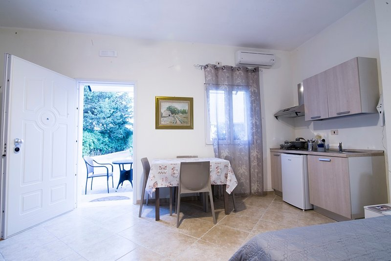 'ANGELA' FAMILY SUITE 2-3-4- PERSONE, holiday rental in Brindisi