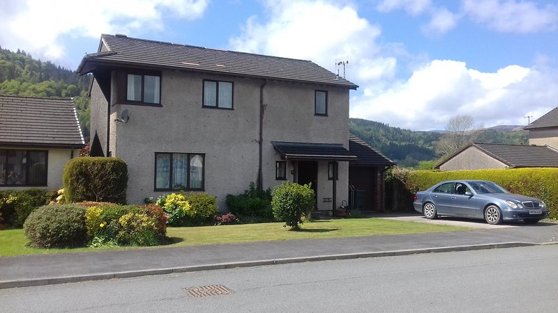Exec House, WiFi, Superb View, Walk intoTown, Sleeps 7 + Baby in cot. Dog o.k., vacation rental in Llanrwst