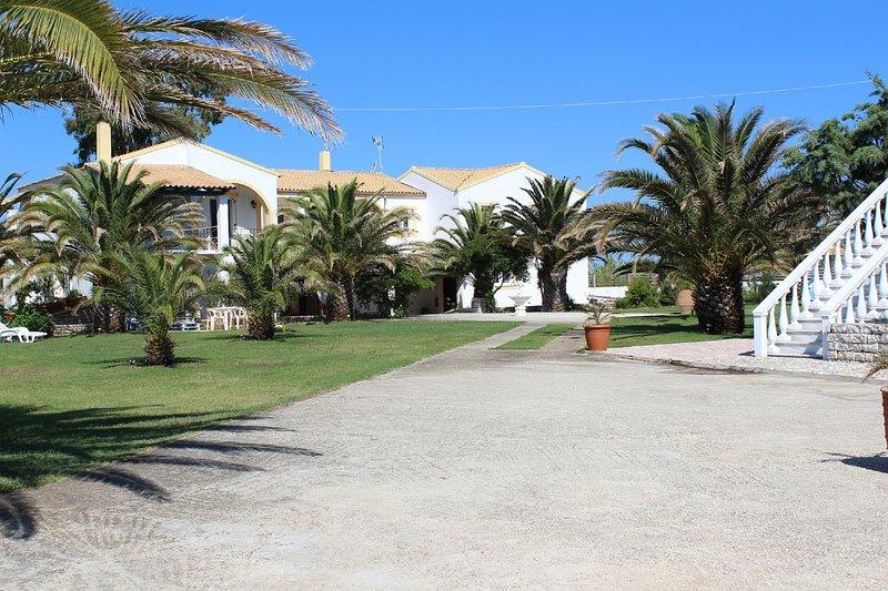 Villa Azzura  in front of the beach in the north of Corfu island, location de vacances à Roda