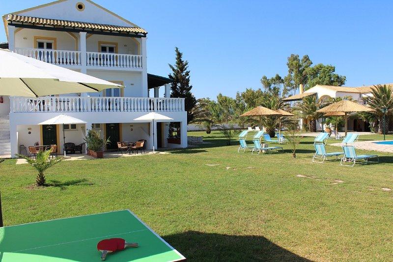 Apartment Hypocampo in front of the beach in the north of Corfu island, location de vacances à Roda