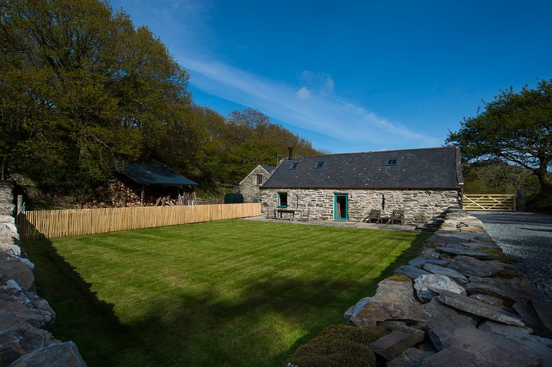 Y Boncyn - Exceptional, 5* Secluded Two Bedroom Cottage among private woodlands, location de vacances à Criccieth