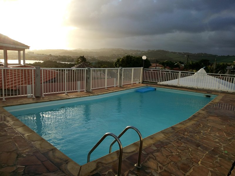 Amazing apartment with shared pool, vakantiewoning in Le Robert