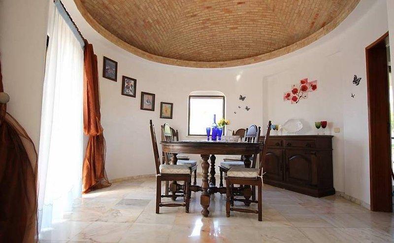 Runic Villa, Benagil, Algarve, holiday rental in Lagoa