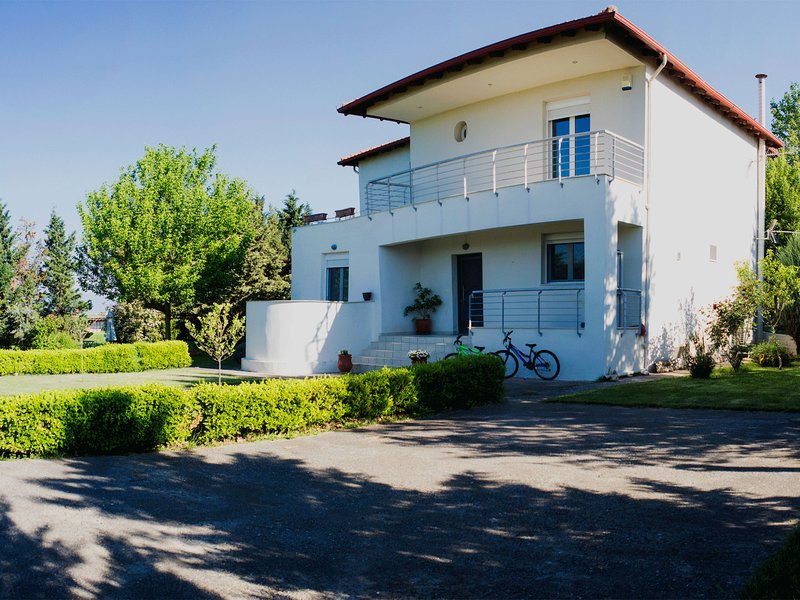 This wonderful 300m2 house in Gefira Thessaloniki, vacation rental in Oraiokastro