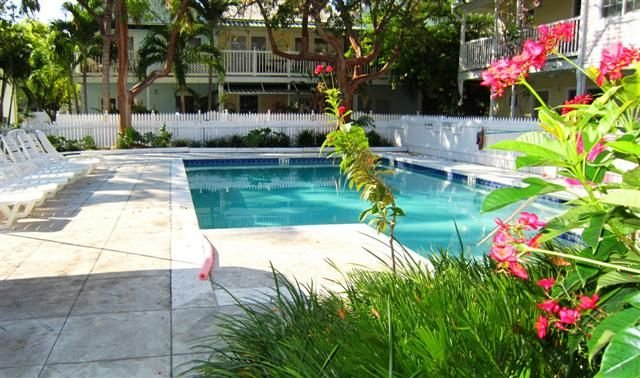 'THE QUARTERDECK' ~ Colorful & Comfortable 2Ba/ 1Ba Unit in The Shipyard!, holiday rental in Key West