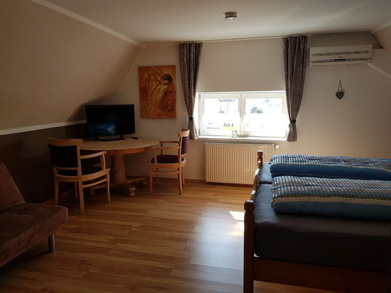 Top floor bedroom - SAT-TV and digital clock with an alarm clock, sitting area