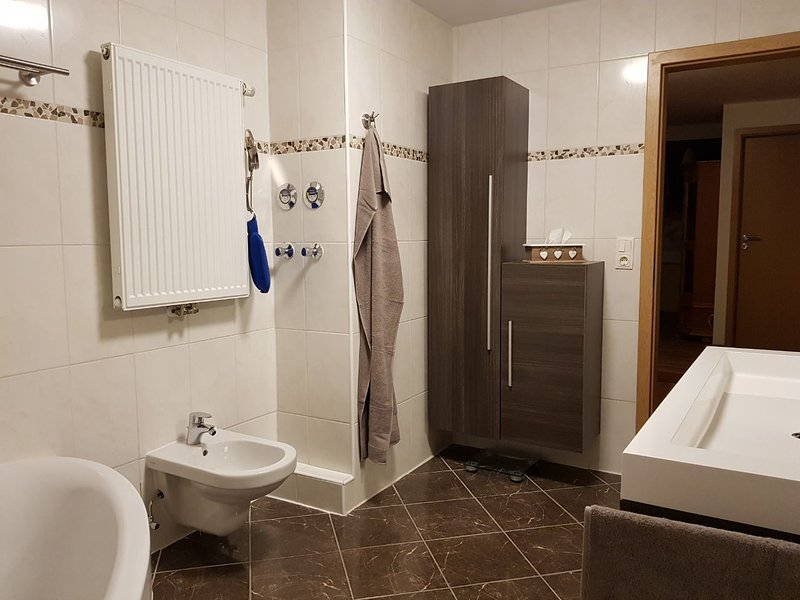 Bad UG - with bidet and ample closet space