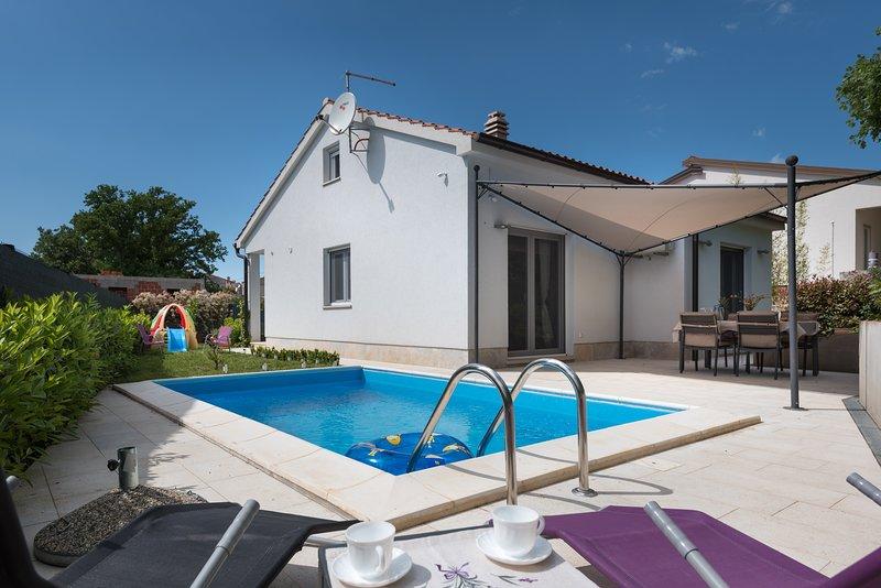 Pool house in Segotici, peaceful place near east coast of Istria, Croatia, holiday rental in Pavicini
