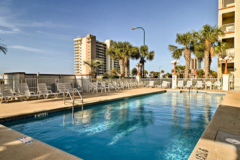 Gulf-front Orange Beach Condo w/ Pool & Balcony!, location de vacances à Orange Beach