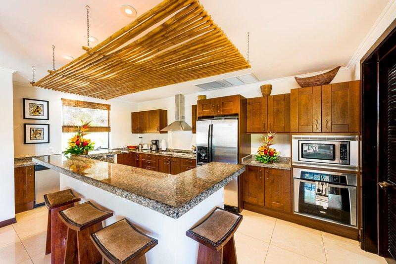 Gourmet-Küche mit Insel und Frühstücksbar