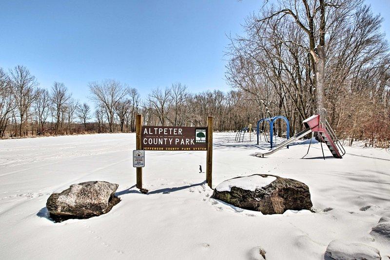 Portare i bambini al parco locale.