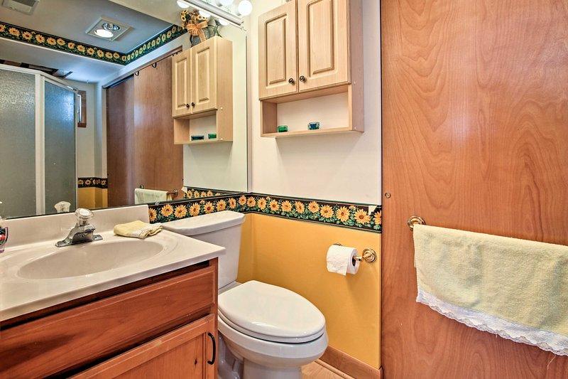 Rinfrescarsi nella stanza da bagno piena.