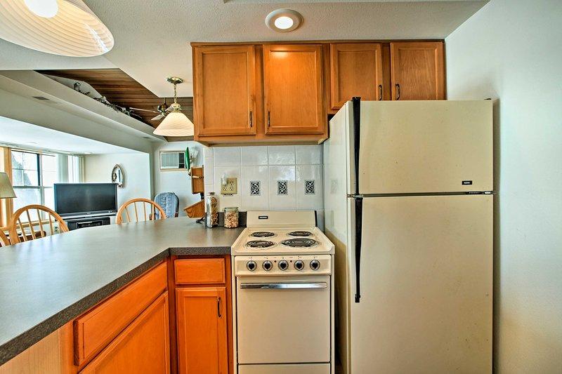 La cucina completamente attrezzata ha tutti gli elementi essenziali di cottura.