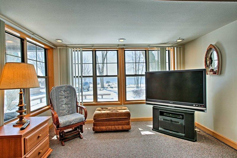 Il salotto si riempie di luce naturale ogni mattina.