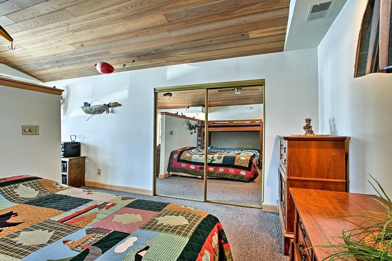 La camera da letto ha un letto matrimoniale e un letto singolo-over-twin a castello.