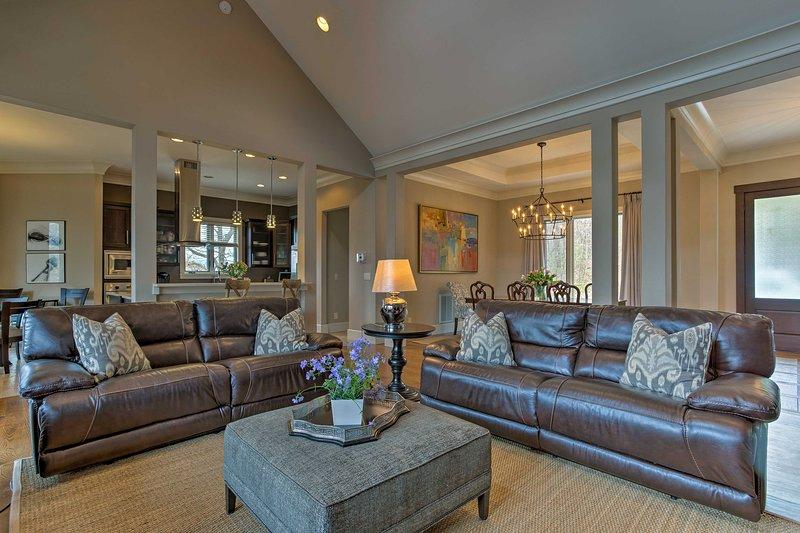 Détendez-vous sur le canapé comme la cheminée vous permet de rester agréable et confortable.