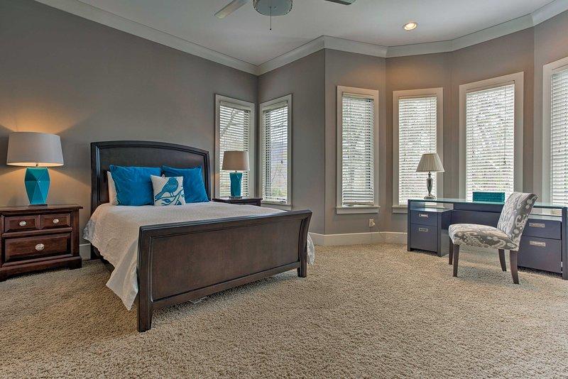 Cette chambre spacieuse dispose d'un grand lit queen.