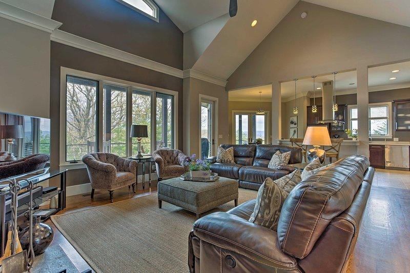 La salle est grande mise en évidence par des plafonds voûtés et un mobilier confortable.