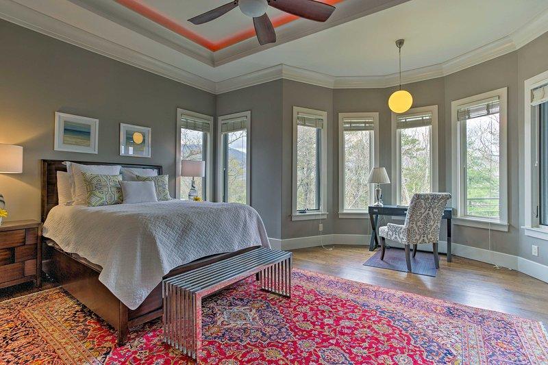 Un autre lit met en évidence la chambre principale.