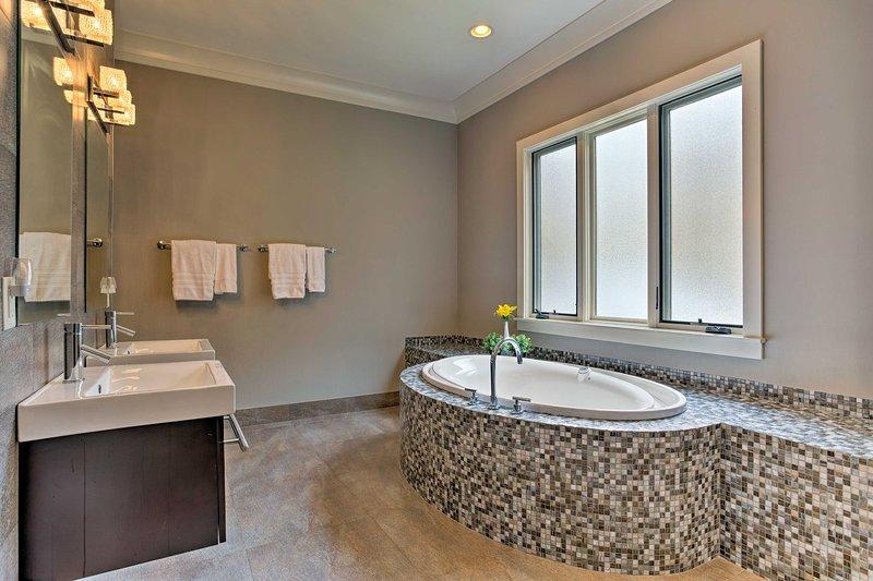 Cette suite principale est complète avec une baignoire.
