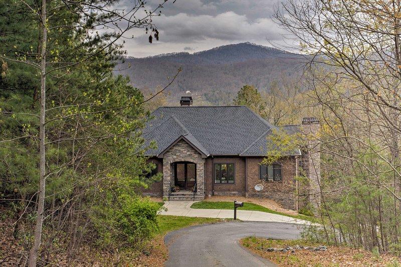 Cette magnifique maison est à seulement 7 minutes du centre-ville Asheville.