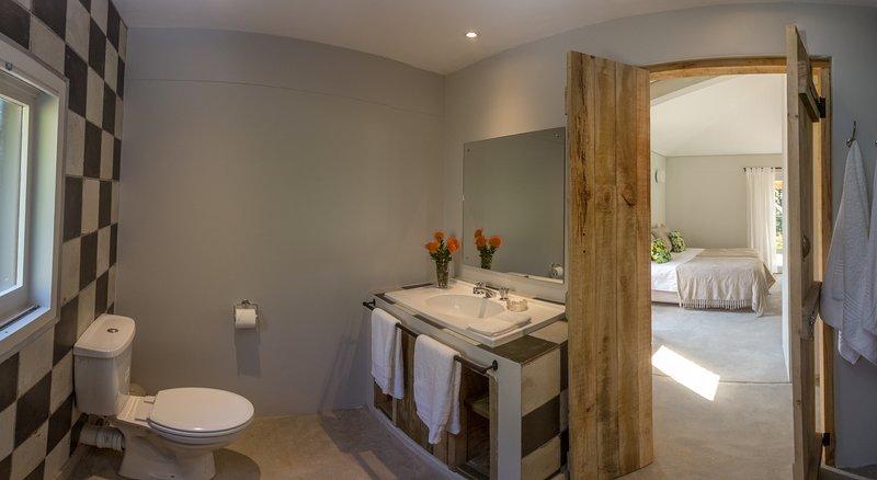 Salle de bains, cuisine ouverte, salle de bain humide de style chambre avec douche et baignoire bébé pour les nourrissons.