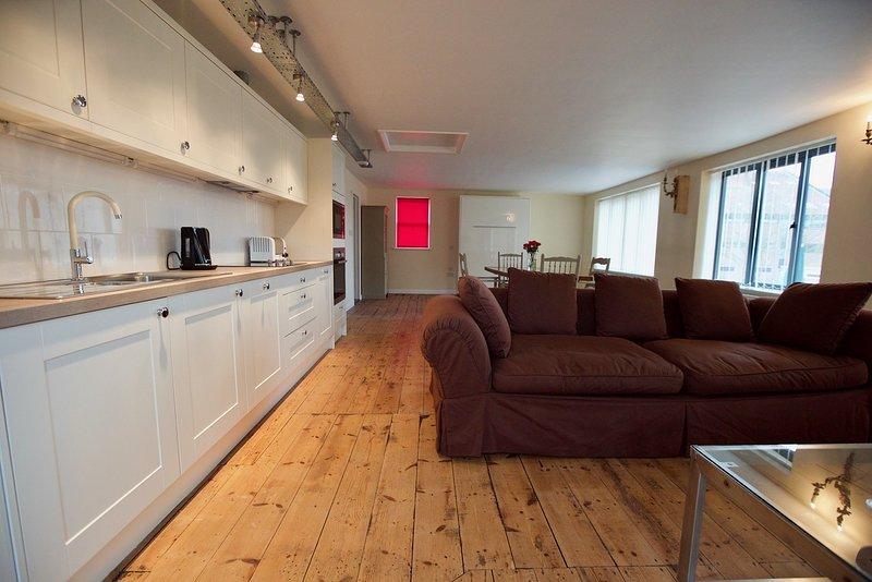 Diese Wohnung wurde zu einem sehr hohen Standard fertiggestellt. - offenes Zimmer mit Küche, Dinin