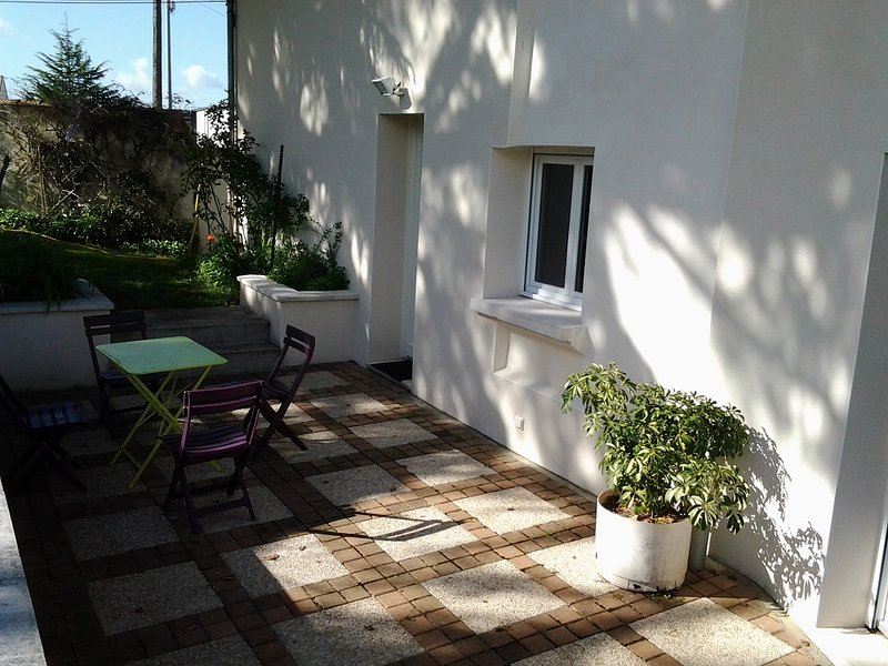 Independant House with garden near historical center, location de vacances à Saint Sauvant
