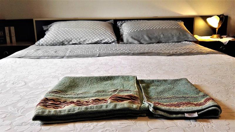 Le lit double est confortable et prêt pour vous