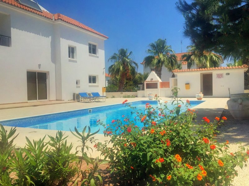 Beautiful Villa in Beach-side Complex, holiday rental in Pervolia