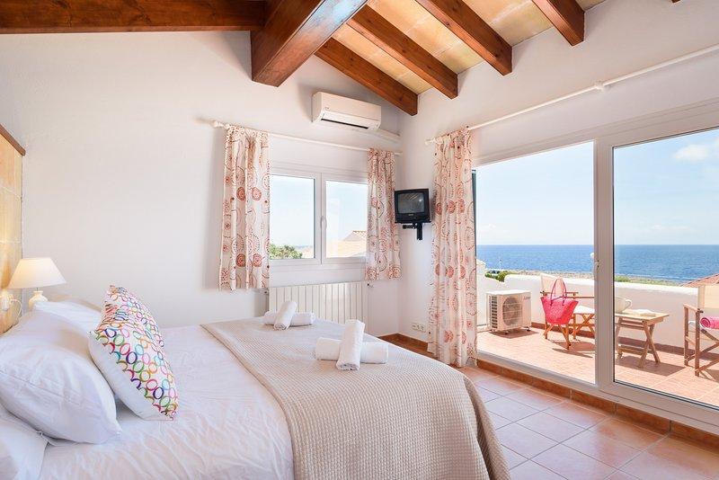 Con terrazza e una magnifica vista sul Mediterraneo. Camera con aria condizionata.