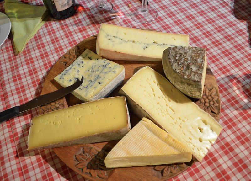 Vaste choix de fromages typiquement jurassiens.
