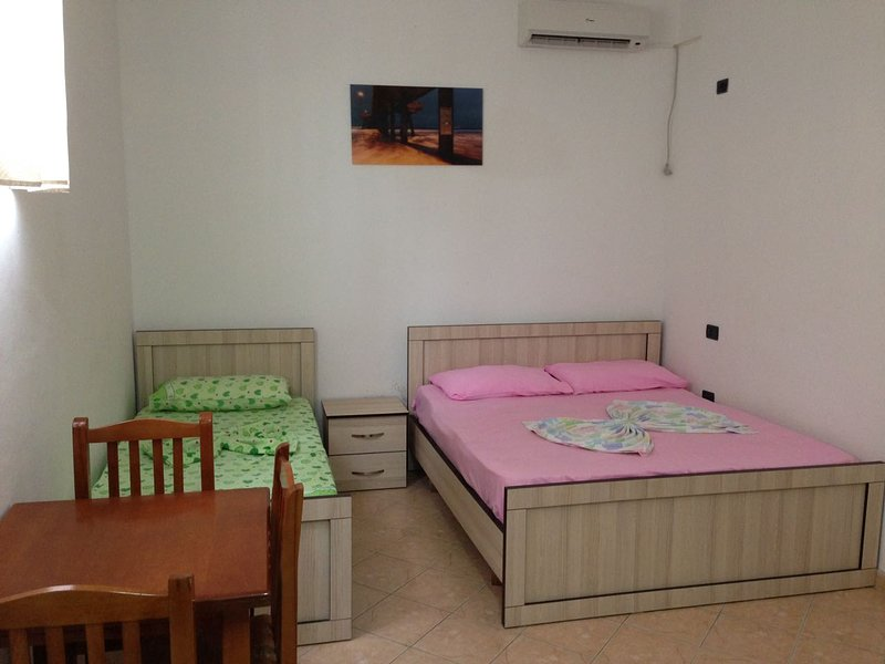 Lekdushi / bedroom #1, location de vacances à Golem