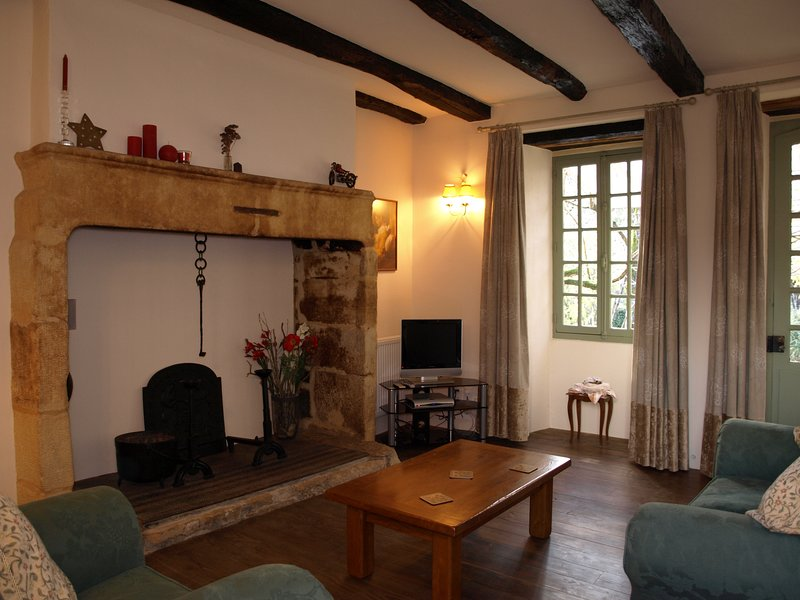 El salón con su encantador rincón de una vez parte de la enorme cocina.