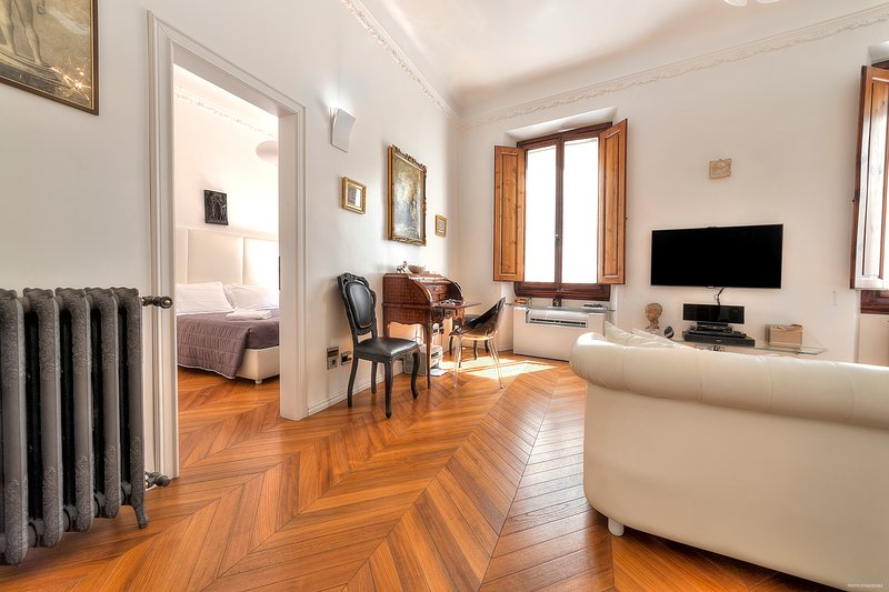 Suite Deluxe. Modern, High End Comfort with Antique Charm- 2 mins from Duomo, vacation rental in Florence