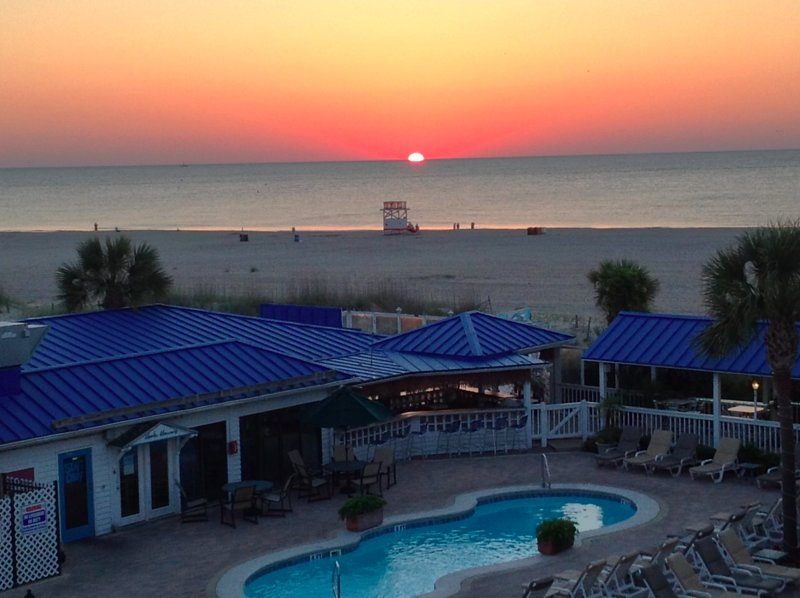 MINT CONDO! OCEANSIDE RESORT W/PRIVATE ACCESS TO POOLS/BEACH! BEACH DINING!!, holiday rental in Tybee Island