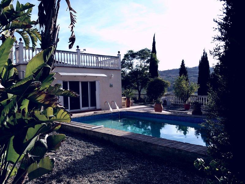 Entrée piscine et patiodoor du salon de la villa. Grand espace bain de soleil avec douche extérieure.