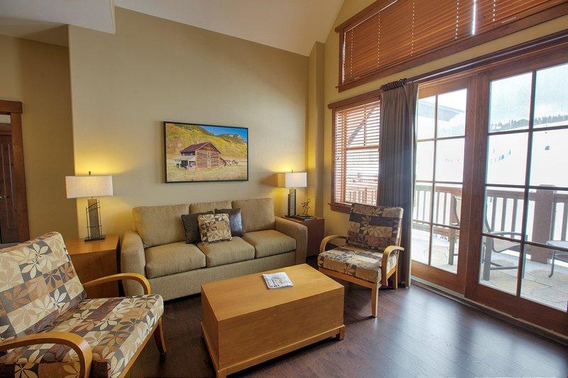 El salón cuenta con acceso al balcón privado.