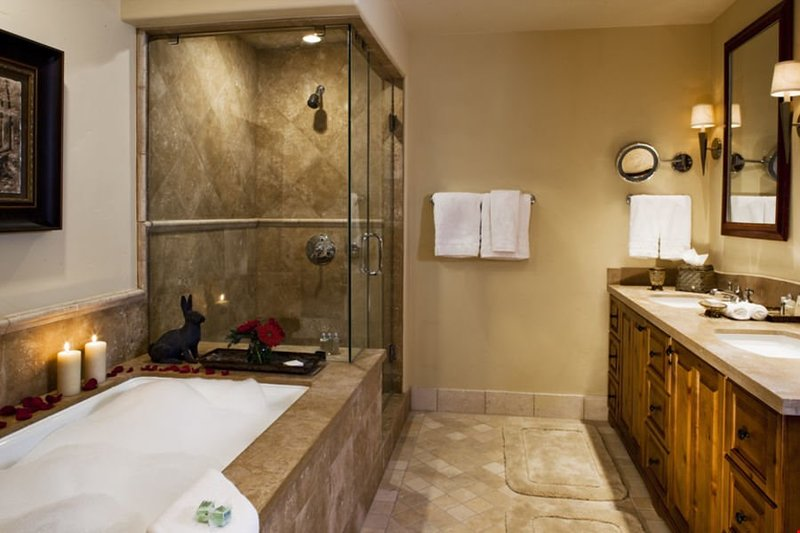 Holen Sie sich für den nächsten Tag im hellen Badezimmer bereit.