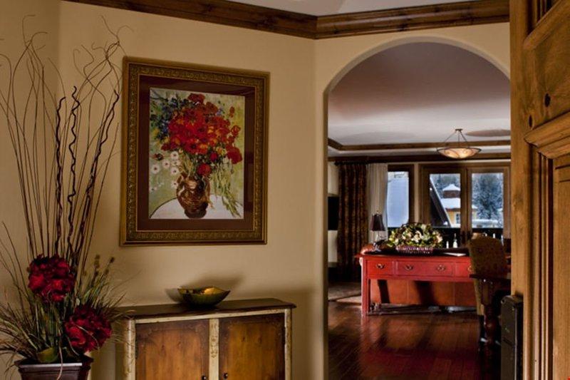 Schöne Holztäfelung und stilvolle Einrichtung dieses Haus vervollständigen.