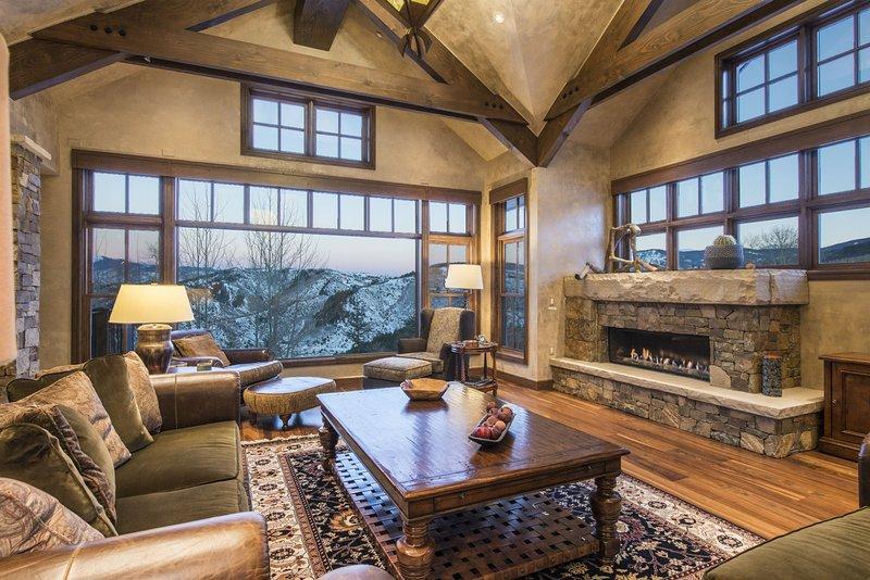 salón con chimenea y techos abovedados viviente.