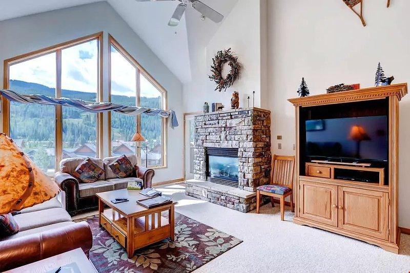 Bel espace de vie ouvert avec de grandes fenêtres incroyables! Bienvenue à la maison! Les vues peuvent varier.