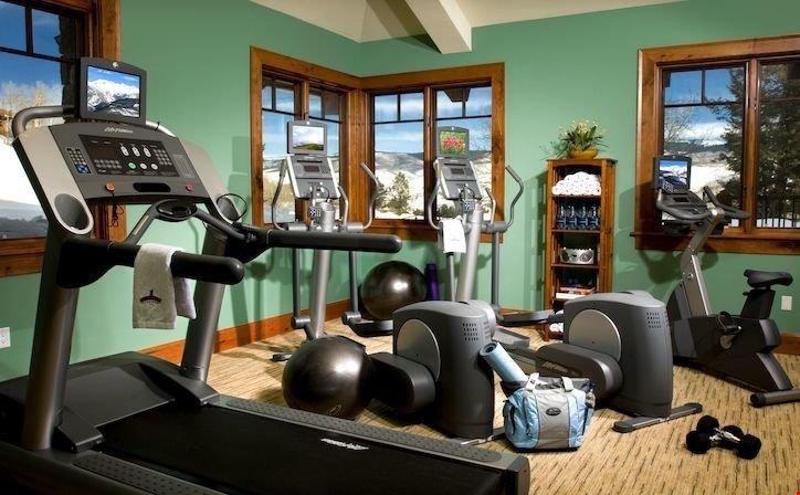 Mantenere il vostro regime di fitness nella palestra in loco.