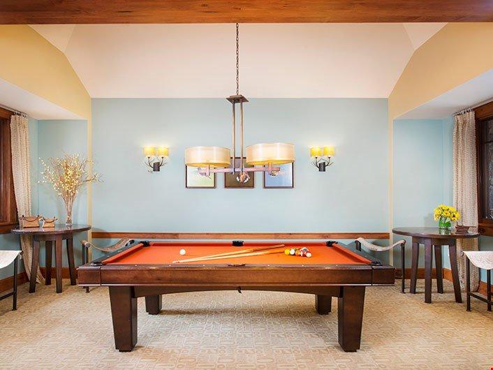 Bella area giochi con tavolo da biliardo