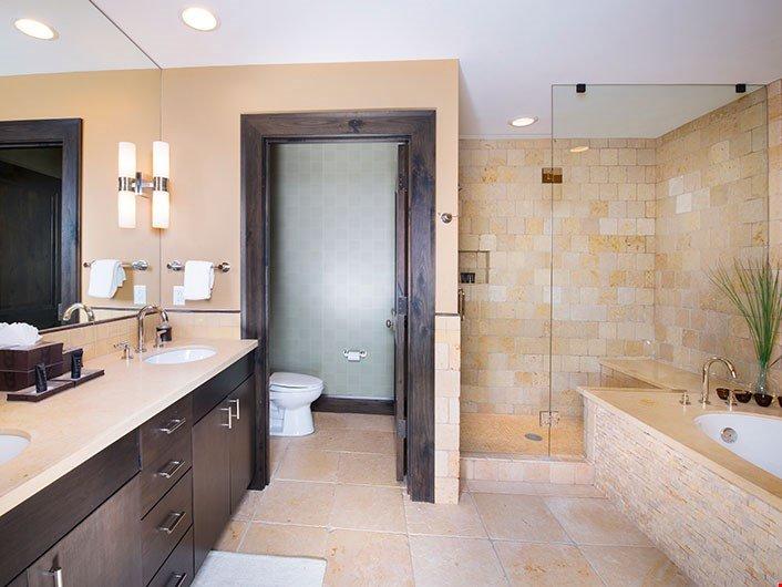 Preparatevi per il giorno prima in bagno moderno e luminoso.
