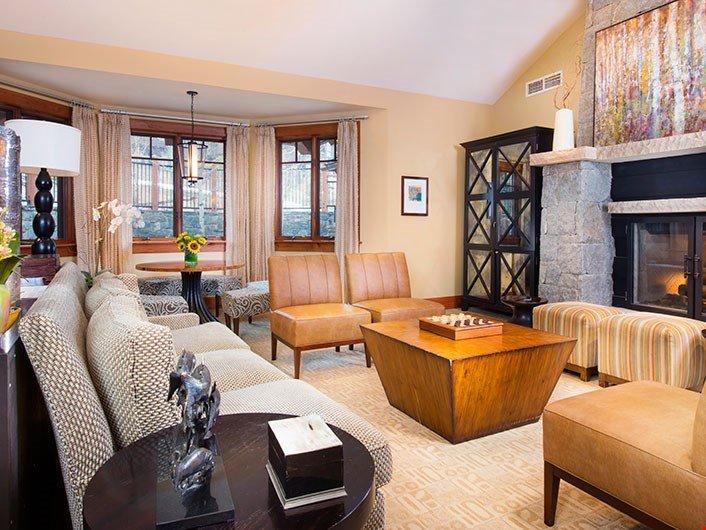 Relájese y descanse con una película o frente a la chimenea en la amplia sala de estar.
