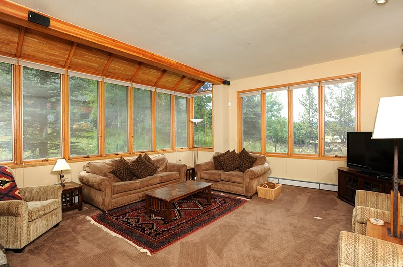 Le salon dispose de canapés confortables et d'une télévision
