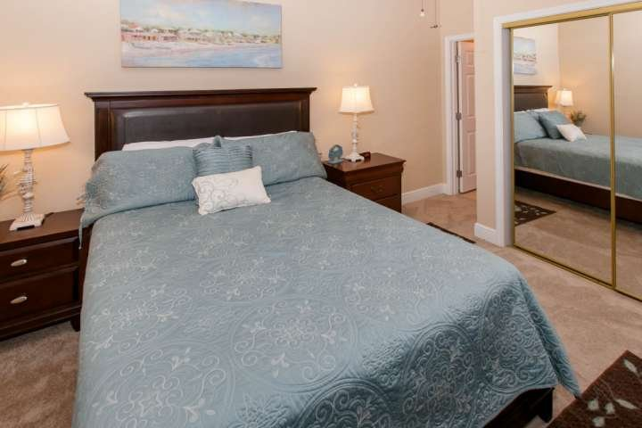 Guest room with two nightstands, two lamps and double closet