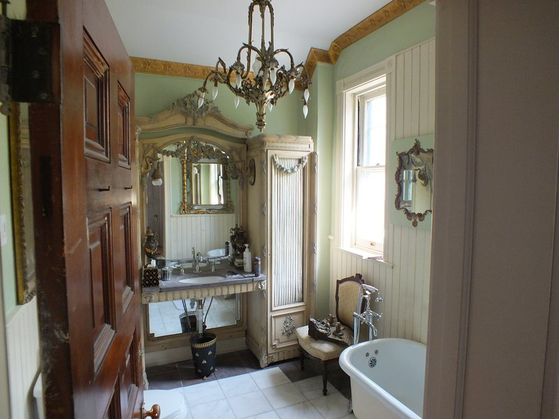 THe Green and Gold Bath is shared by the Periwinkle and rose room.